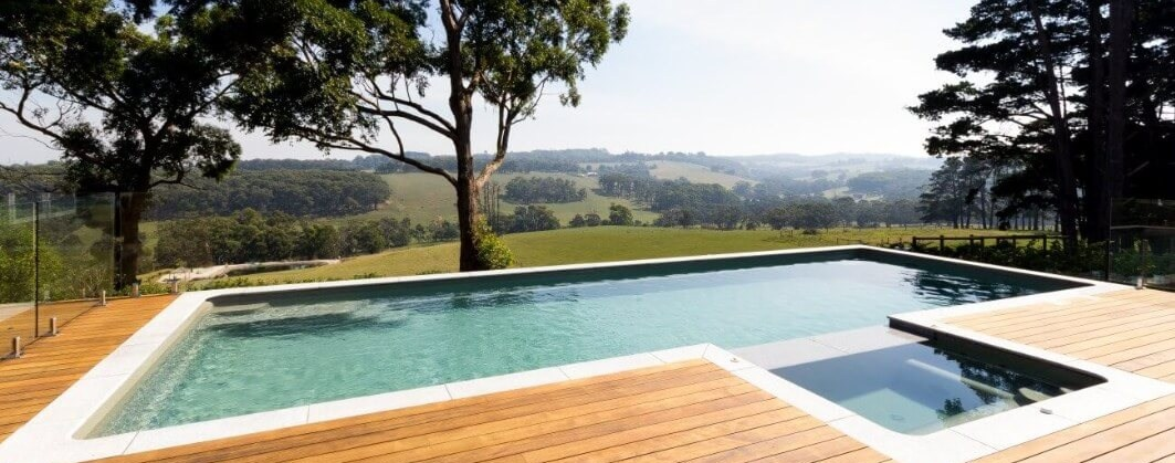 Infinity pool and spa combination suitable for swimming laps